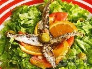 Морска салата с маруля, домати и шпроти
